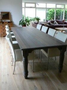 Eetkamertafel met mooie houten poten