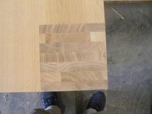 Detail houten eetkamertafel