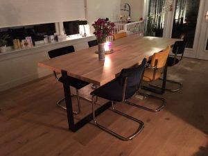 Eetkamertafel met eetkamerstoelen