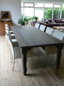 Eetkamertafel voor 8 personen in donkere kleur